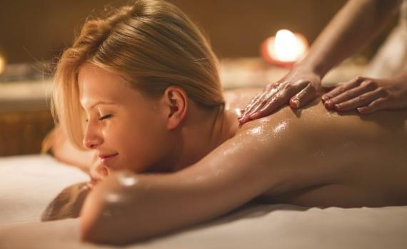 Krásná dívka si dopřává masáž